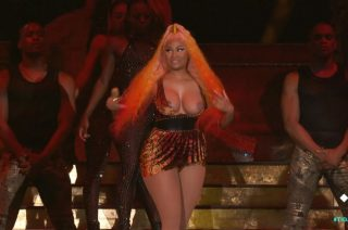 Nicki Minaj shows her boobs in a concert